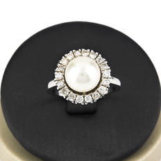 White gold ring set with a central calibrated Australian saltwater cultured pearl of 9 mm  surrounded by 18 brilliant-cut diamonds of 0.70 ct in total. Ring size: 14.5 (Spain).