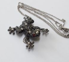 18 kt white gold necklace with a frog pendant, set with approx. 1.10 ct of black and white brilliant cut diamonds. Necklace length is 44 cm.