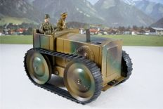 England / Germany (?) - Length 17 cm - Tin Army tractor with clockwork motor, 1930s