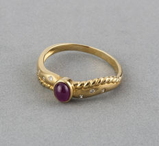 Yellow gold ring with a central oval cabochon cut ruby and brilliant cut set diamonds - Ring size: 15