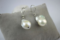 18 kt White gold earrings with baroque pearls – Size: 28 mm; earring length: 35 mm