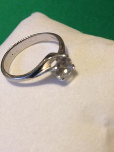 Ring with white zircon and 925 silver.