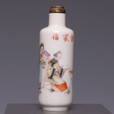 Nice polychrome decorated porcelain snuffbottle - Music players - China - Ca. 1900