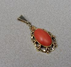 14 kt gold pendant with precious coral