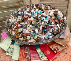 Collection of some 5,000 cut and polished Mineral stones, together with 20 Sari-cloth pouches - 5,06 kg