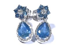 18 kt white gold earrings with diamonds and natural blue sapphires. Total: 3.15 ct.