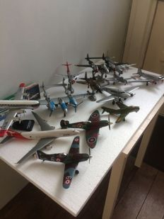 Lot with 13 aircraft, 2 boxes and 3 holders