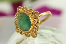 18 kt gold ring set with a natural emerald of 3.5 ct