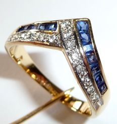 Ring in 18 kt / 750 gold with sapphires and brilliant cut diamonds totalling 0.20 ct