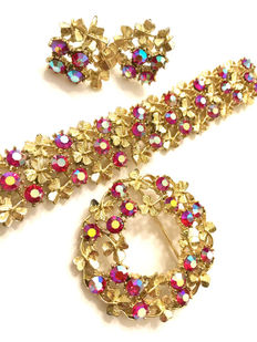 Signer Coro – Demi-parure – Red Aurora Borealis Gold Tone Set, Intricate Gold Tone Leaves, Floral Design – Bracelet, brooch and earrings