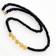 Necklace made of onyx, citrines and 18 kt (750/1000) yellow gold.