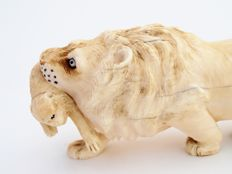 Ivory Okimono of a lion fighting with two monkeys - Japan - second half of the 19th century.