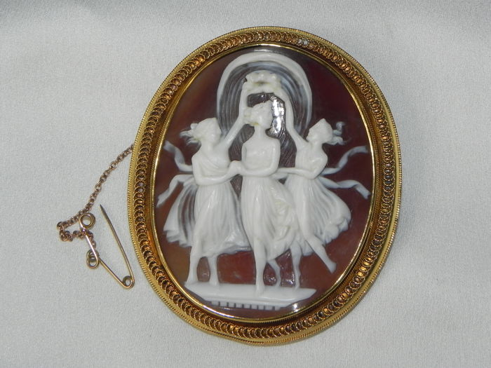 Antique carved shell cameo in gold brooch 750 gold, cameo from circa 1800