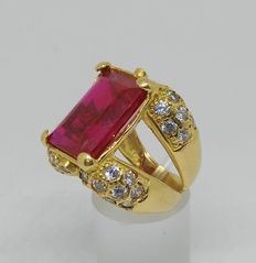18 kt gold  Yellow gold ring with red gemstone and zircons – Inner size: 17.5 mm