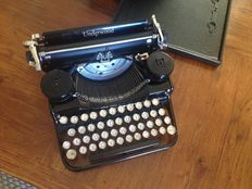 Beautiful Underwood typewriter Standard Portable from 1932