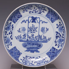 Beautiful big blue and white porcelain plate with a flower basket decoration – China – 18th Century (Kangxi period)