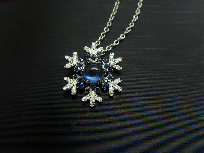 18K gold necklace with 0.46ct of sapphires and 0.08ct of diamonds