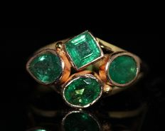 18 kt gold ring set with natural emeralds, 3 ct