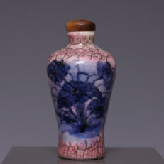 Beautiful blue-white and pink/red underglaze, porcelain snuff bottle - water lily - China, around 1900.