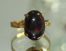 Gold ring, 18 kt, set with a 3.50 ct black opal