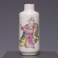 Nice polychrome decorated porcelain snuff bottle - China - Ca. 1900