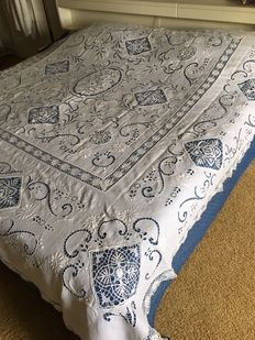 Bedspread in linen / Richelieu handicrafts. Early 20th century