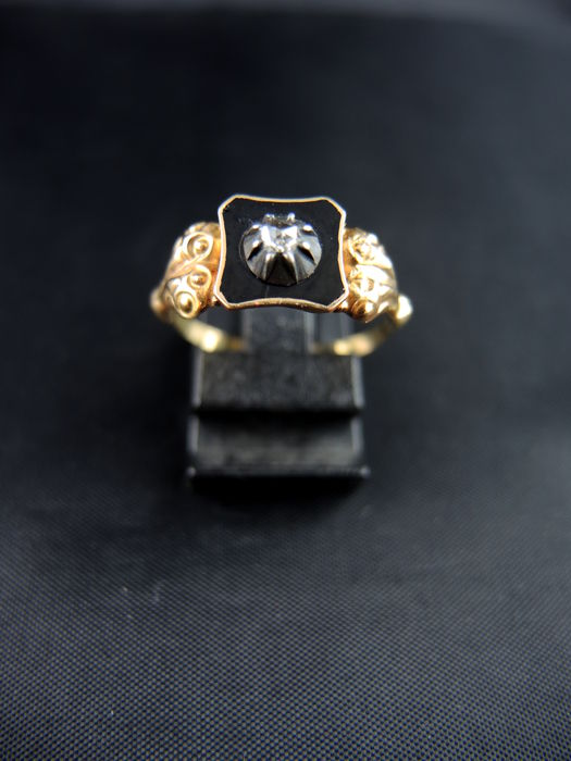 Old enamelled ring with diamond