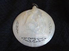 Beautifully carved mother of pearl shell depicting the birth of Christ - Israel - 19th century