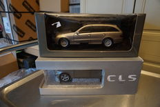 Kyosho / Norev - Scale 1/18 - Mercedes-Benz E320T E-Klasse Leather sitz gold and Mercedes-Benz CLS W218 - Grey Manganit