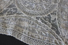 Doily in finely embroidered lace - France - Nineteenth century