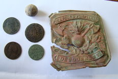 Lot with coins, musketball and a fireman boucle