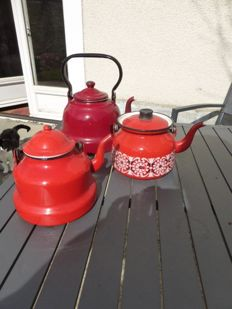 Lot including 3 teapots in red enamelled iron, and two old metal cake moulds