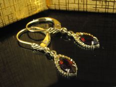 Old gold 8 kt earring studs with garnet - 60s