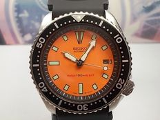 SEIKO MEN'S DIVER WATCH - 150M SCUBA DATE AUTOMATIC 7002-7000, ORANGE ( NOV 1992)