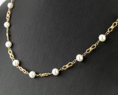 Yellow gold necklace with 18 Akoya pearls