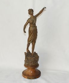 Girl on wooden pedestal, Jeunesse Printaniere