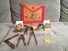 Lot consisting of Freemason's items (apron, mallet, compass, pins, medals...)
