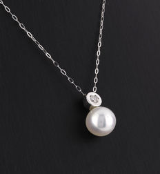 White gold choker and pendant, with 1 diamond weighing 0.20 ct, and an Australian South Sea cultured pearl