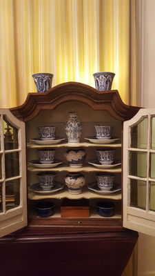 Vintage wooden display cabinet with group of 20 pieces blue - Delft ,Maastricht,China