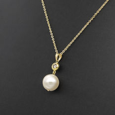 Yellow gold choker with star-shaped pendant, with brilliant cut diamond and fresh water pearl.