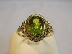 Gold ring with oval facetted peridot 1.95 ct