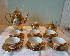 Coffee service in porcelain with romantic patterns and gilded with fine gold, numbered