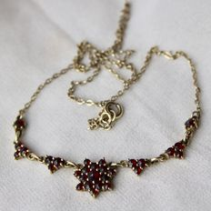 Ca. 1900/1920 Sterling Silver + goldplated Necklace with Bohemian facetted garnets.