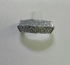 Ring in 18 kt white and yellow gold with pavé of diamonds totalling 0.84 ct.