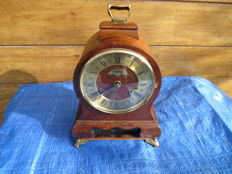 Lot of 2 clocks - Warmink cabinet clock in walnut and a Junghans table clock - 2nd half of the 20th century