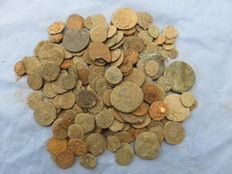 Roman Empire – Large collection of approx. 200 bronze coins, mostly late Roman – Not cleaned – 1st-4th century A.D.
