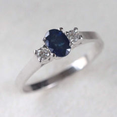 White gold ring with sapphire for 0.82 ct and diamonds for 0.10 ct, colour: F, clarity: VS - dimensions: 14 mm