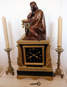 French Napoleonic mantelpiece clock with two candleholders - around 1815