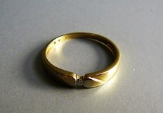 Gold ring with brilliant cut diamond