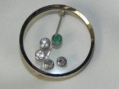 Modern brilliant and emerald brooch in 750 whitegold, FH hallmark